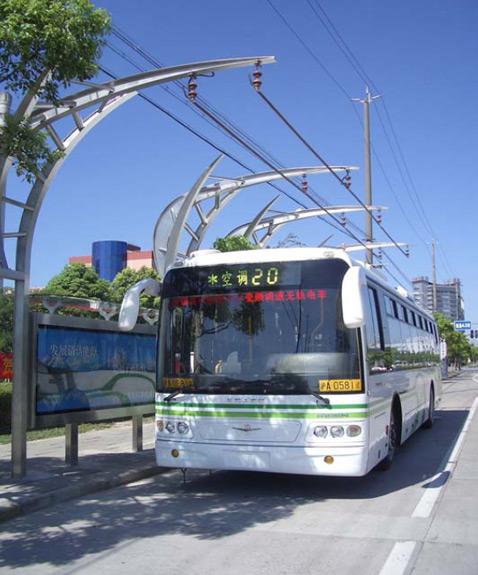 41-местный китайско-американский Ultracap Bus весит 11,3 тонны (сравнимо с массой обычных автобусов и троллейбусов одиночек), из которых на суперконденсаторы приходится 980 кг. В длину автобус насчитывает 11,4 метра. Максимальная же скорость Ultracap Bus составляет 48 км/ч (фото с сайта sinautecus.com).