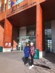 Юля и Настя, наши магистрантки, на фоне Версальского университета